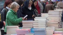 Lectoras comprando libros durante el Sant Jordi de 2019.
