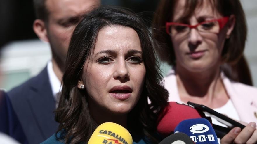 Arrimadas acompaña a los concejales de Lleida a denunciar en Fiscalía el cartel de Arran