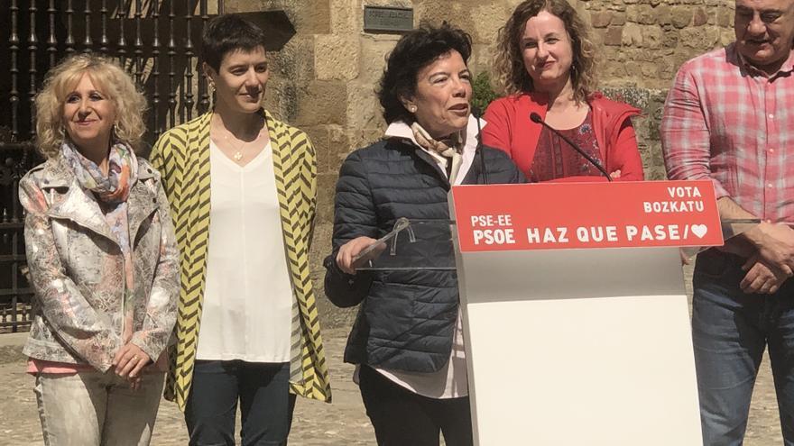 Jaione Coca (de amarillo), a la izquierda de Isabel Celáa, en un acto de los socialistas alaveses celebrado en abril en Laguardia
