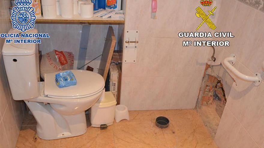 Robo en una vivienda por un butrón en el cuarto de baño.