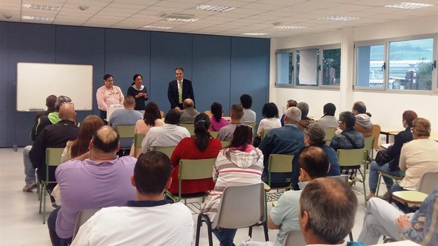 El alcalde de Astillero reunido con los nuevos trabajadores/ EP