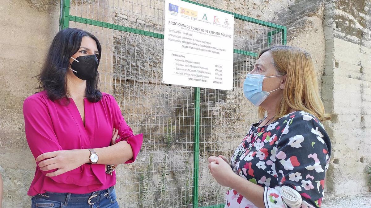 Purificación Joyera y Esperanza Caro de la Barrera ante una de las obras del PFEA en Palma del Río.