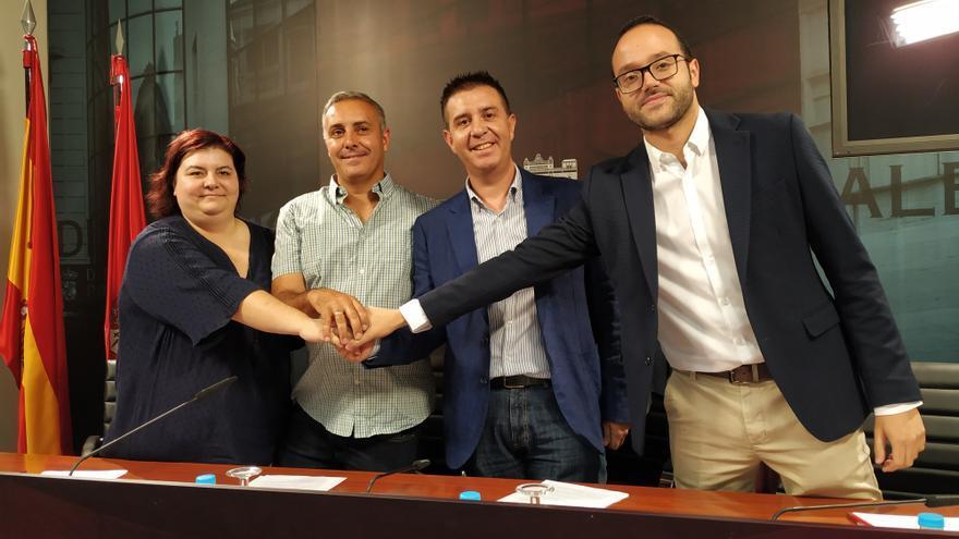 Representantes del PSOE y de Unidas Podemos, tras la firma del acuerdo.