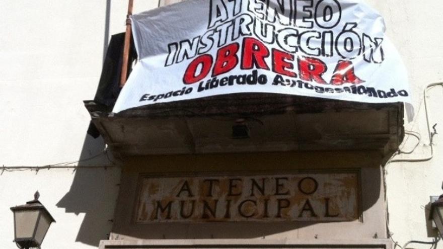 Pancarta por la rehabilitación del Ateneo de Guadalajara / Foto: PAG