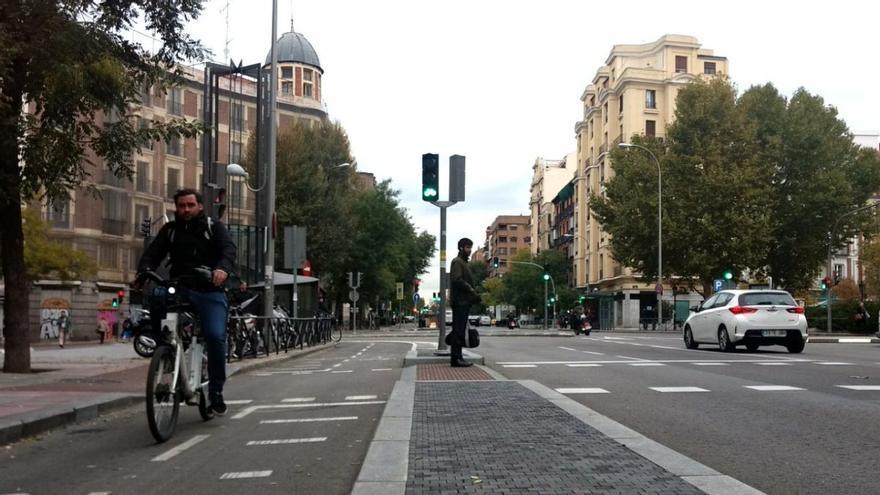 Una bicicleta eléctrica circula por la calle Santa Engracia | SOMOS MALASAÑA