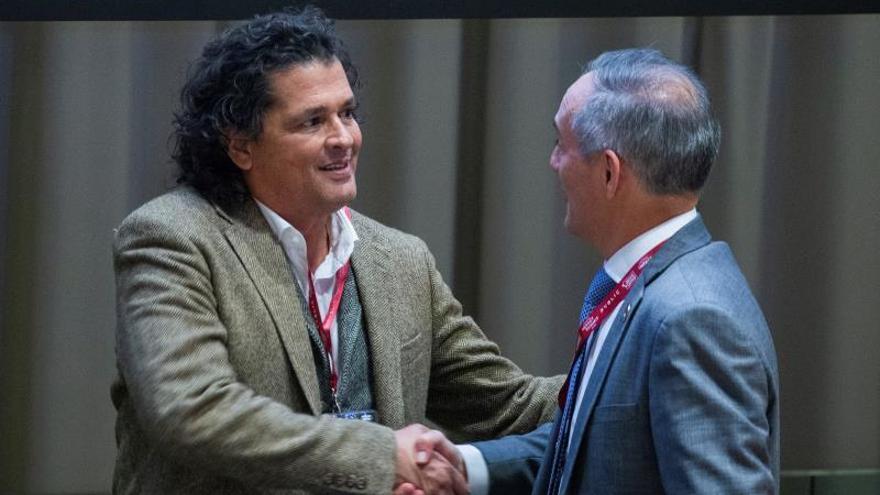 """El cantante colombiano Carlos Vives saluda al rector de CESA, Henry Bradford, durante el foro """"Latino Impact Summit"""", este lunes, en las Naciones Unidas, en Nueva York (Estados Unidos)."""