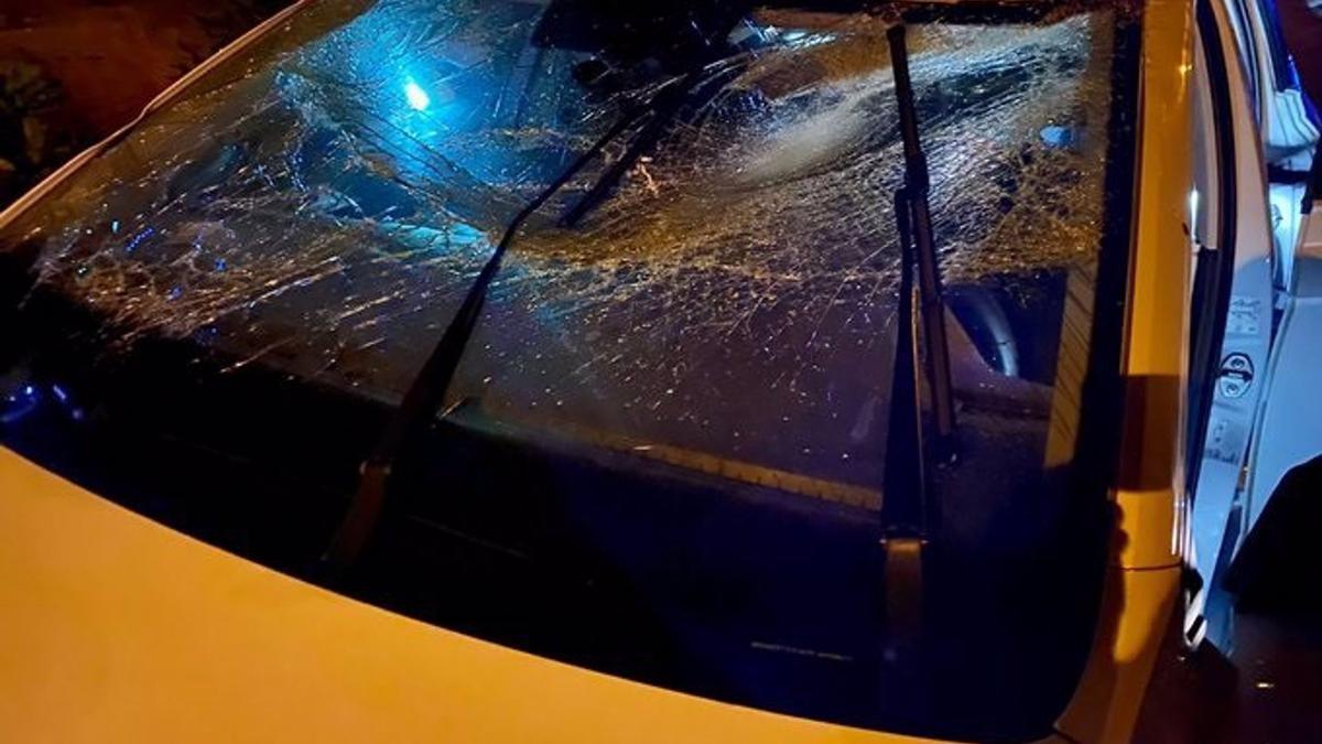 El conductor del vehículo huyó dejando a sus acompañantes heridos en el coche