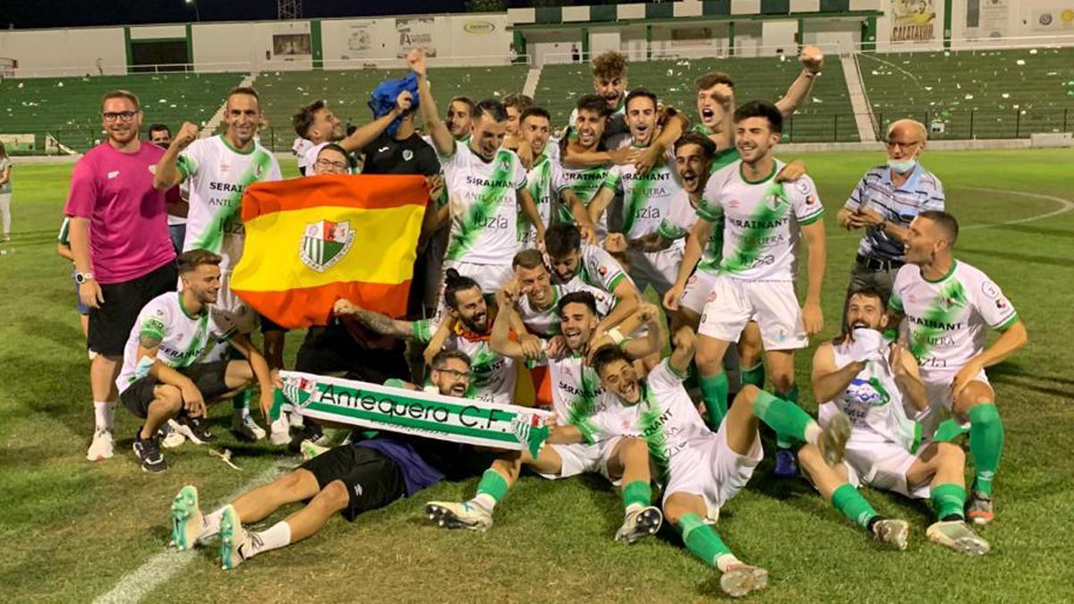 El Antequera celebra su ascenso a Segunda RFEF