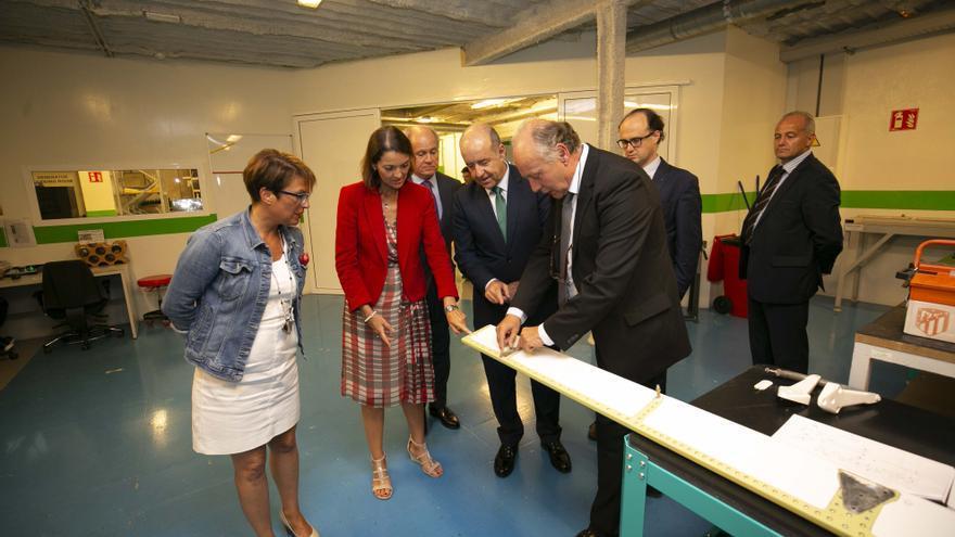 La ministra conoció las instalaciones de Binter en Gran Canaria.