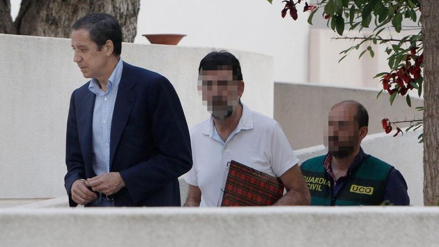 Eduardo Zaplana, en el registro de su casa en Benidorm.
