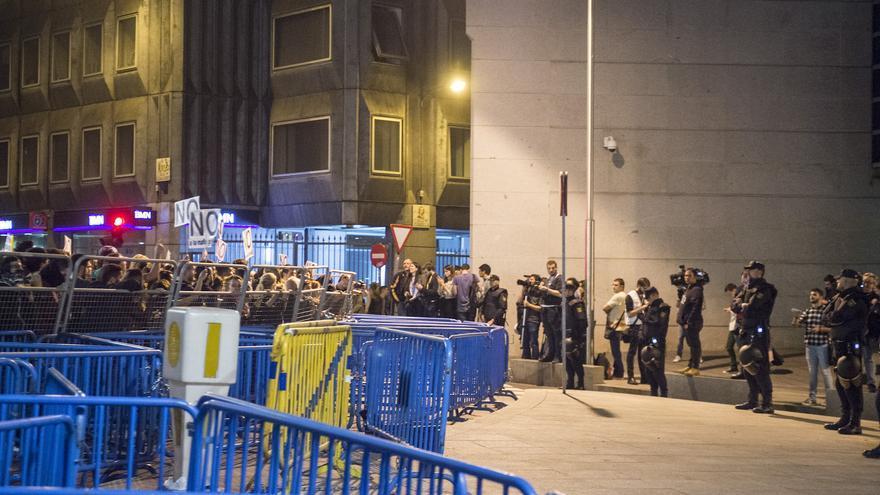 Centenares de personas se agolpan frente a una de las salidas del Congreso de los Diputados, durante la investidura