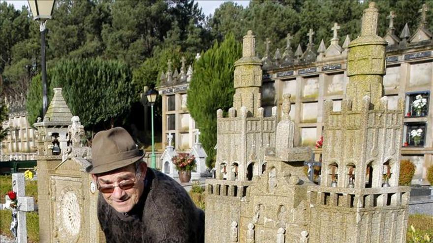 """Tallas religiosas y deportivas: oficio """"anticrisis"""" de un jubilado de Galicia"""