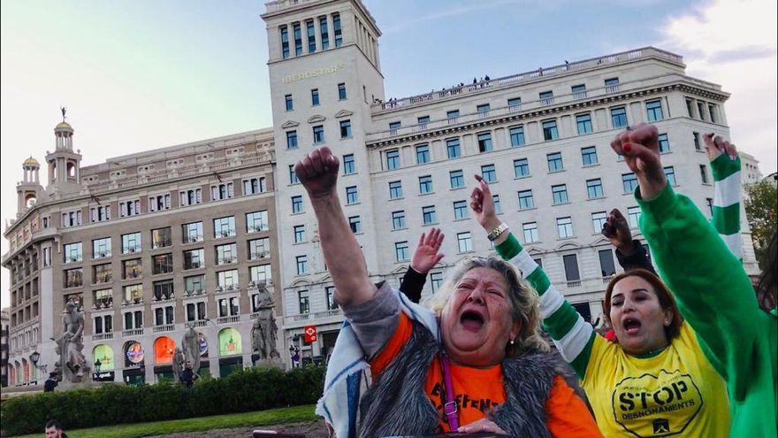 Maricarmen Ramos (i), jubilada y miembro del Sindicat de Llogaters/Foto cedida