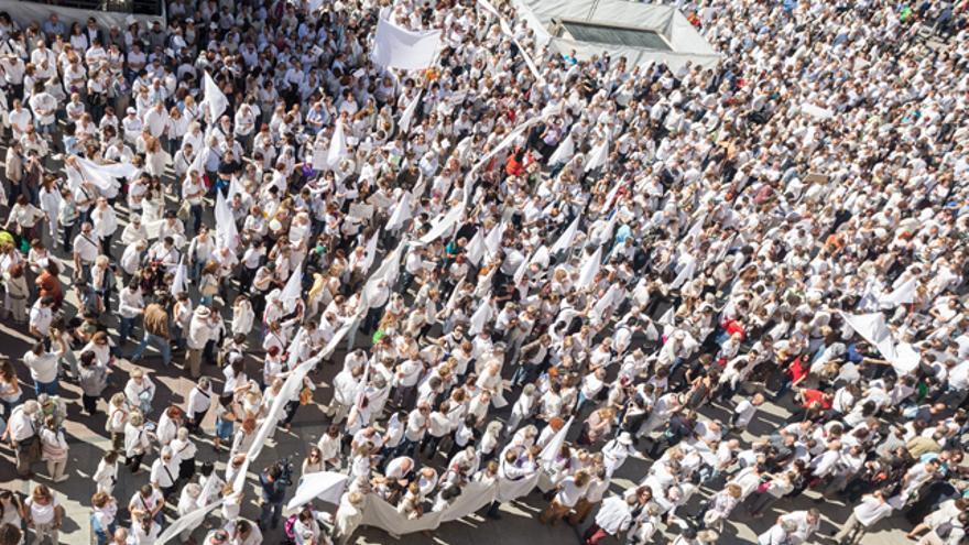 Miles de personas han pedido diálogo frente al Ayuntamiento de Zaragoza