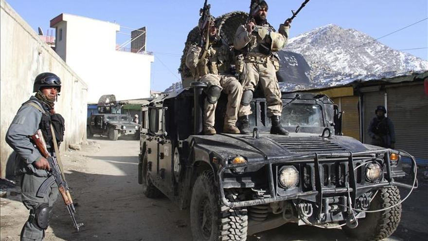 Dos explosiones y un tiroteo contra un edificio oficial sacuden el centro de Kabul