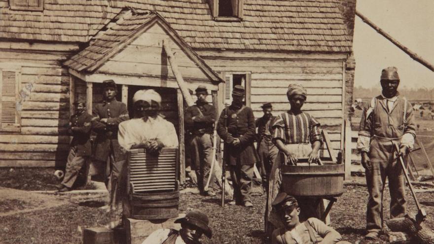 Esclavos fugitivos en la sede del general Lafayette, en 1862 durante la guerra civil estadounidense.