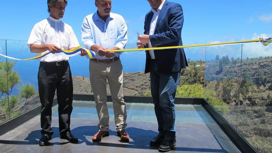 En la imagen, el presidente del Cabildo (d), el alcalde de Puntagorda (c) y el párroco del municipio, en el acto inagural del mirador.