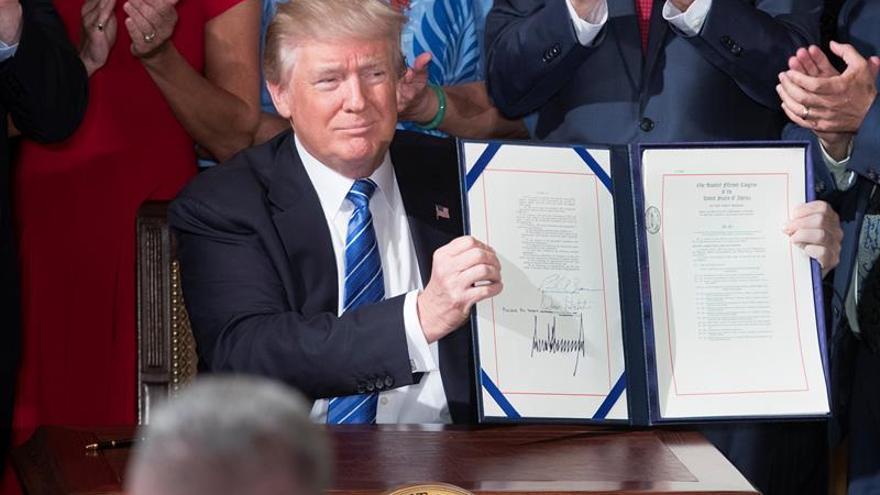 Trump firma una ley para reformar el funcionamiento del Departamento de Veteranos