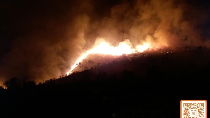 Más de 120 bomberos y 22 medios aéreos continúan trabajando en la extinción del incendio de Terque