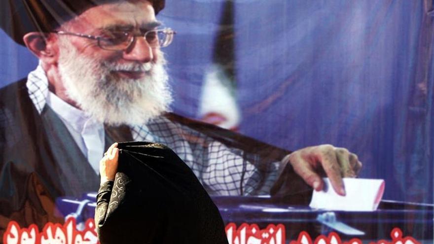 Jameneí defiende un aumento del poder militar sin recurrir a las armas nucleares