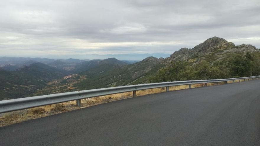 Imagen de la rodadura en un tramo de la carretera que conduce al Pico Villuercas