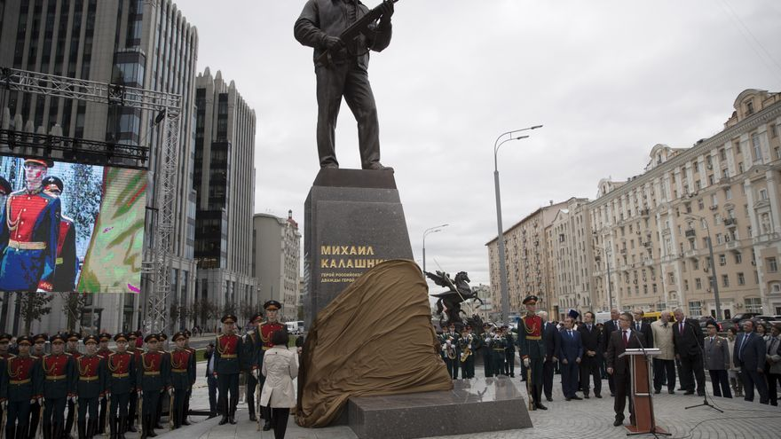 La polémica estatua de Mijaíl Kalashnikov está situada en una concurrida calle del centro de Moscú.