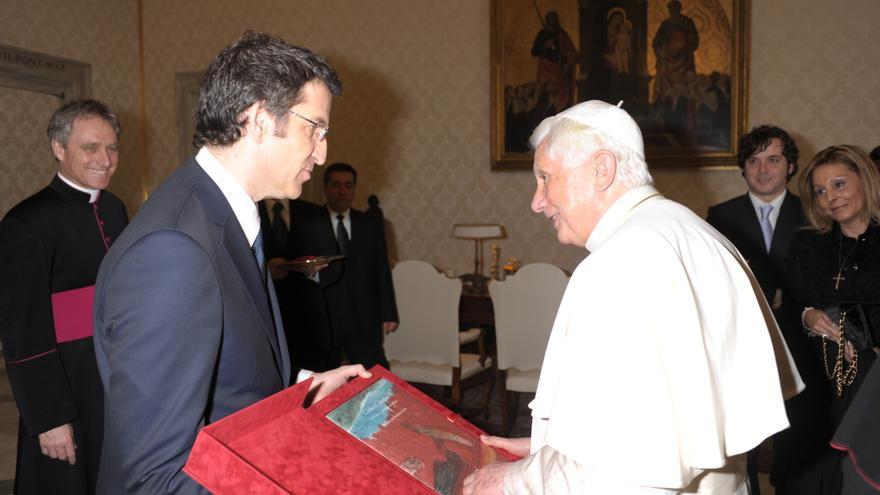 Feijóo, en el Vaticano con el Papa Benedicto XVI ante su entonces compañera (derecha)