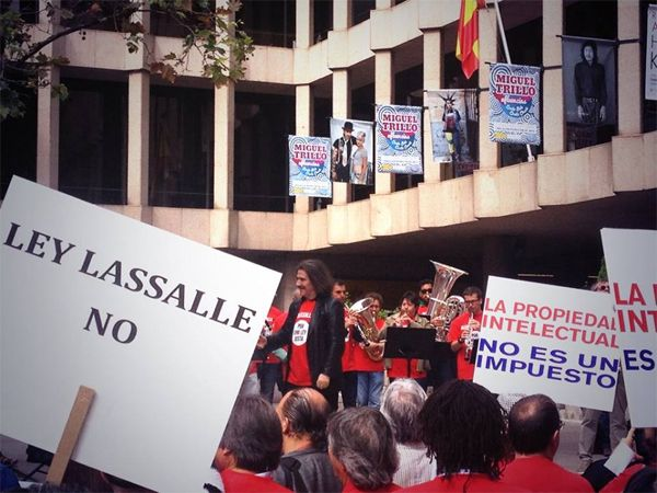 Luis Cobos durante la lectura del manifiesto contra la Ley Lassalle | Fotografía: Mario Martínez Pérez