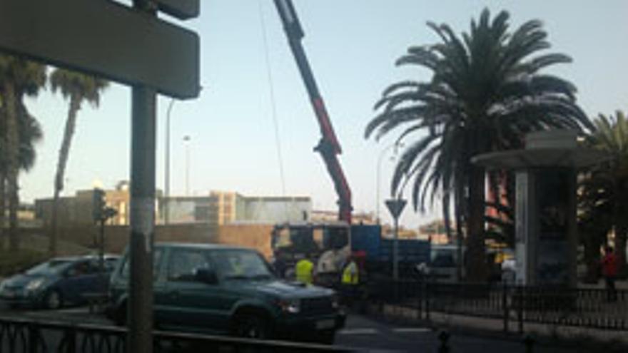 Cierran dos carriles por la rotura de una tubería en San Telmo