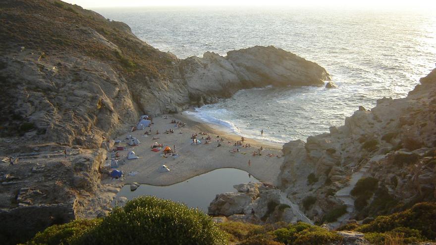 Los restos del templo de Artemisa se funden con la arena en la playa de Nas. fthr