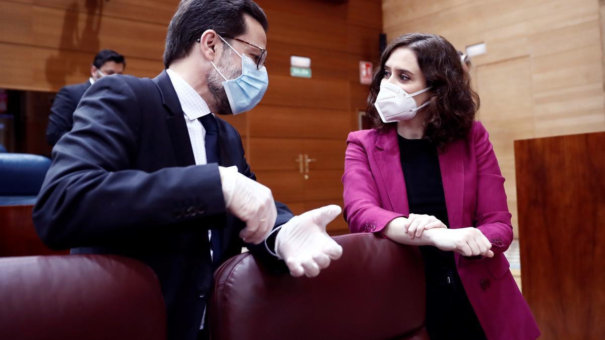 La presidenta de la Comunidad de Madrid, Isabel Díaz Ayuso, junto al consejero de Hacienda, Javier Fernández-Lasquetty. / Europa Press