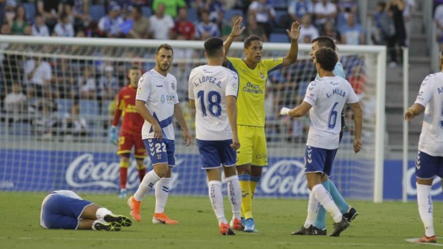 Un lance del derbi Tenerife-Las Palmas de este pasado septiembre en el Heliodoro.