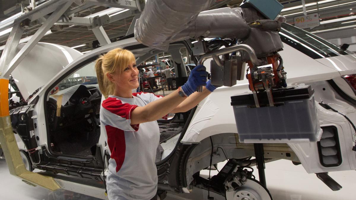 Una operaria trabaja en el Seat León, en la fábrica que la automovilística tiene en Martorell