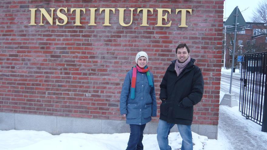 Sergi Aranda y Ariadna Laguna, ante el Instituto Karolinska, en Estocolmo (Suecia).