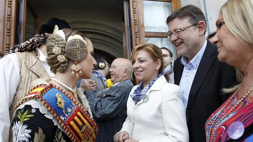 Elena Valenciano y Ximo Puig saludan a una fallera / Foto: PSOE