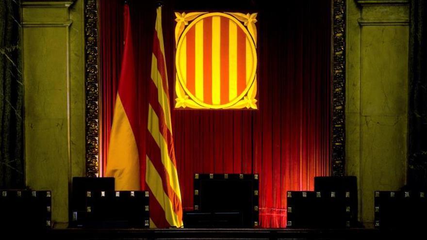 Vista de la mesa presidencial del hemiciclo del Parlament de Catalunya.