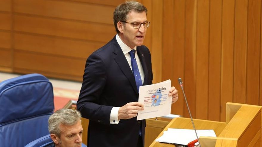 Feijóo, mostrando en el Parlamento gallego una campaña del PSdeG crítica con su gestión