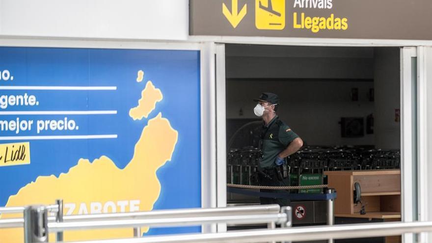 Un agente de la Guardia Civil vigila la zona de llegadas del aeropuerto de Lanzarote