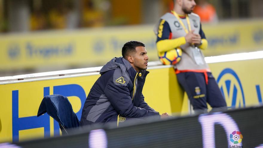Jonathan Viera viendo el partido entre la UD Las Palmas y el Deportivo de La Coruña tras retirarse lesionado.