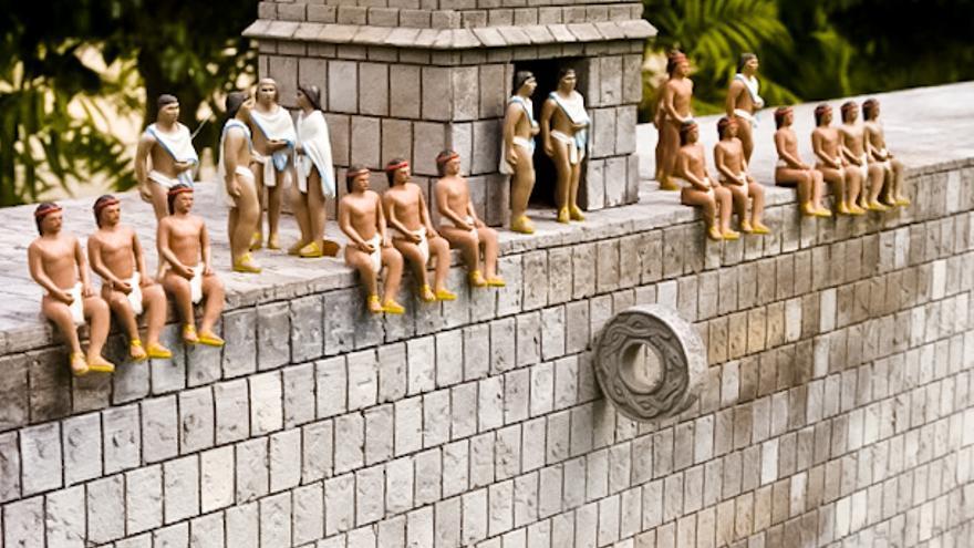 Maqueta de una cancha de pelota maya en el parque Discover México.
