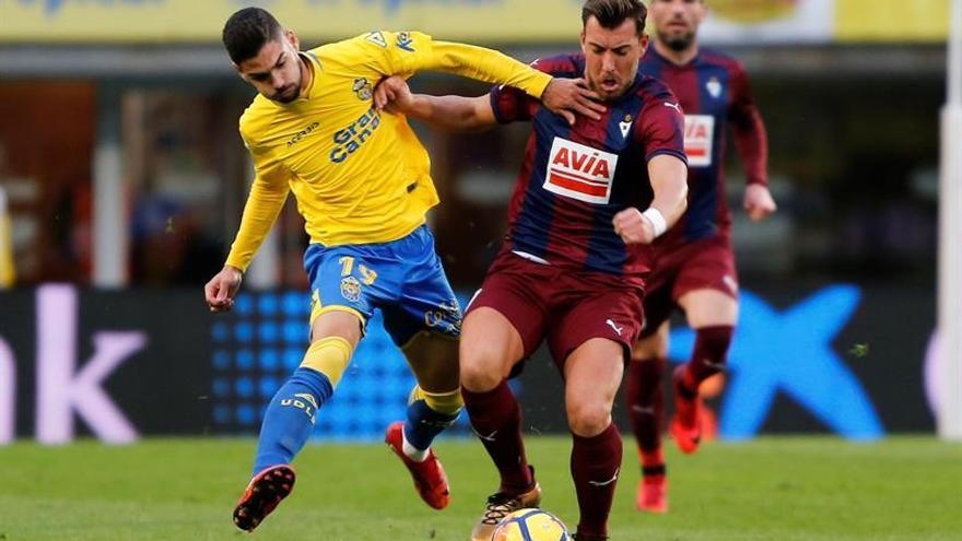 El delantero del Eibar Sergi Enrich (d) lucha el balón con el argentino Hernán Toledo, centrocampista de la UD Las Palmas.
