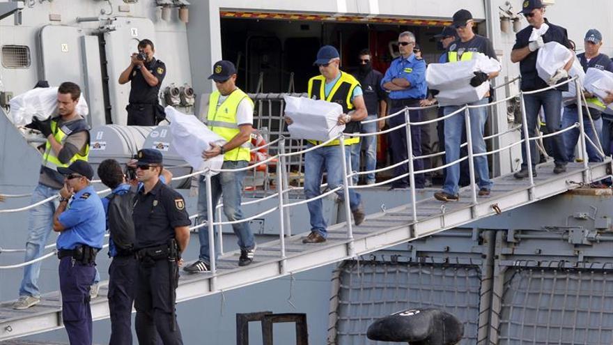 Agentes de la Agencia Tributaria desembarcaron en el Arsenal Militar de Las Palmas los fardos con los casi 400 kilos de cocaína intervenidos en un yate a 833 kilóemtros de Canarias y en el que viajaban cuatro ciudadanos checos. (Efe/Elvira Urquijo A.)