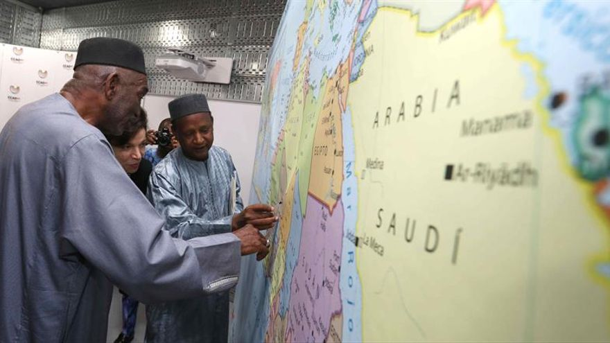 El presidente de la Asociación de Sociedades de la Cruz Roja y de la Media Luna Roja del África francófona, lusófona e hispanófona (ACROFA), Abdourrahmane Cisse (a la derecha), y el el presidente de la ONG en Senegal y consejero de la ACROFA, Abdoulazize Diallo (a la izquierda).