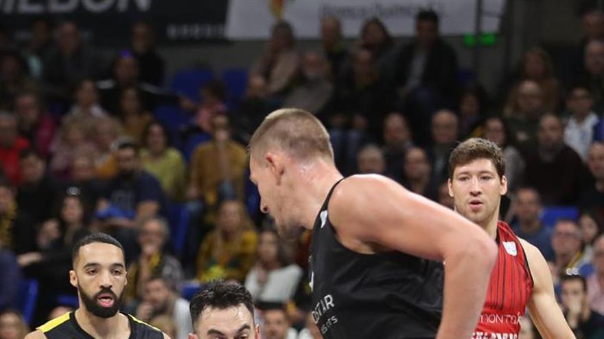 Marko Popovic, del Montakit Fuenlabrada, supera a Colton Iverson, del Iberostar Tenerife, durante el partido de la 17 jornada de la Liga Endesa. (EFE/ Cristóbal García)