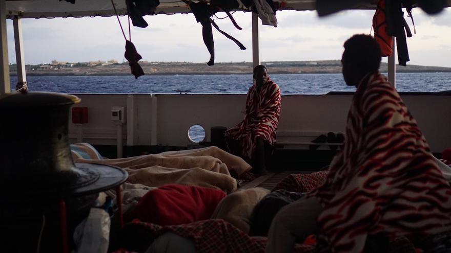 Los rescatados del Open Arms ven tierra por primera vez en 14 días tras aproximarse a Lampedusa.