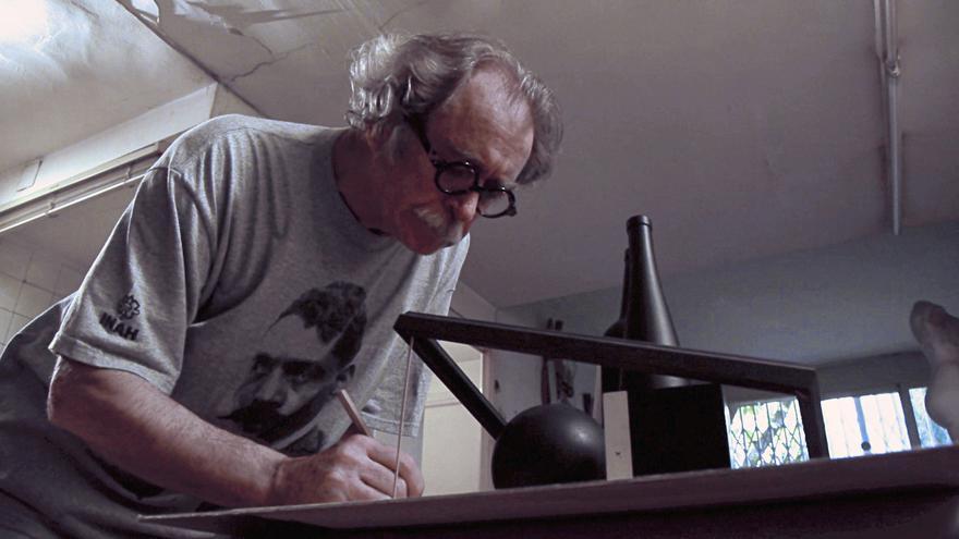 Jorge Ballester treballant al seu estudi / Jorge Ballester trabajando en su estudio