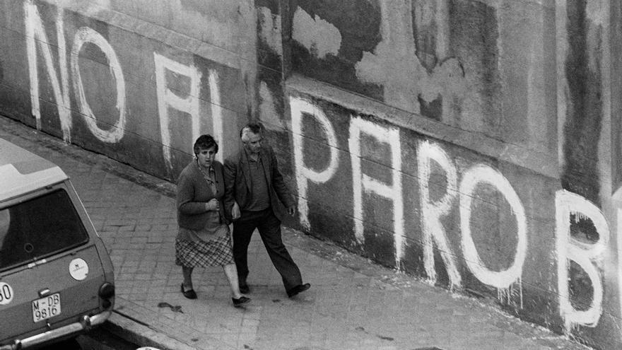 Fachada con la pintada 'No al paro, basta ya' en los muros de la Real Casa de Tabacos, ubicada en la calle Miguel Servet, en 1979