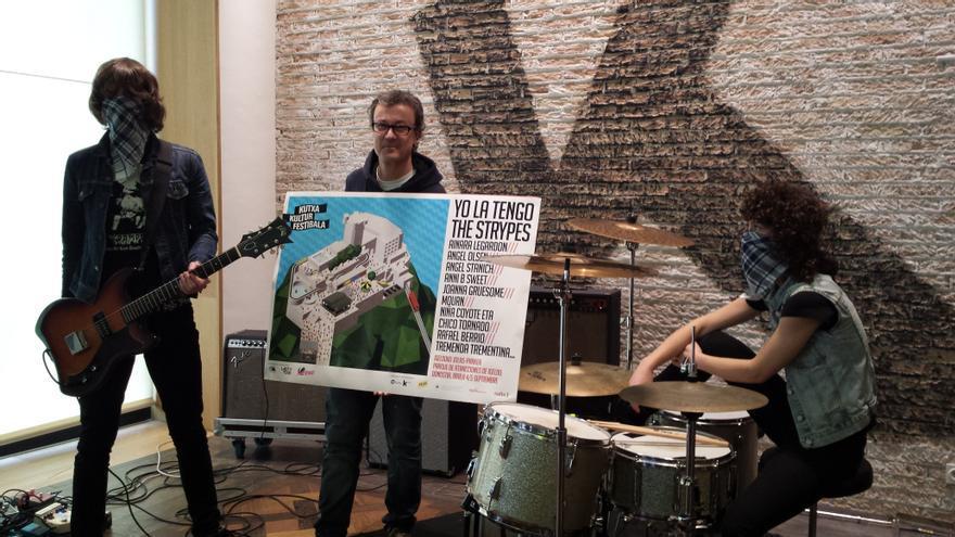 Sergio Cruzado sostiene el cartel de Kutxa Kultur Festibala 2015, junto a Niña Coyote eta Chico Tornado.