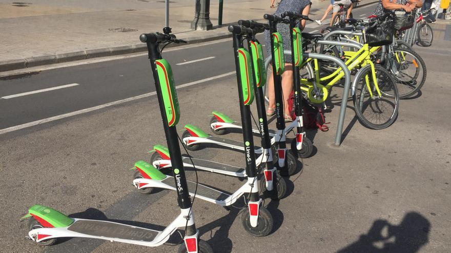 Los patinetes de Lime permanecen en las calles pese a la advertencia del Ayuntamiento