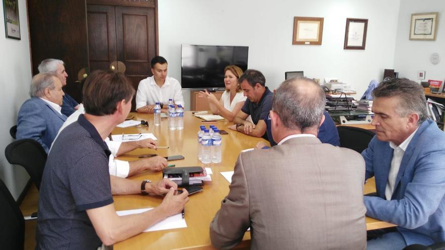 En la imagen, la reunión mantenida entre diversos sectores.